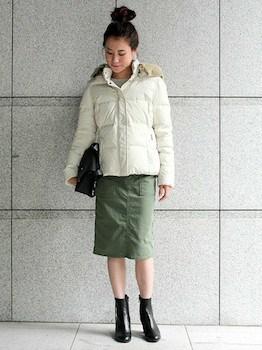 白のダウンジャケット×カーキのタイトスカート×ショートブーツ
