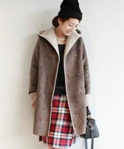 ムートンフーデッドコート×黒色ニット×チェック柄スカート