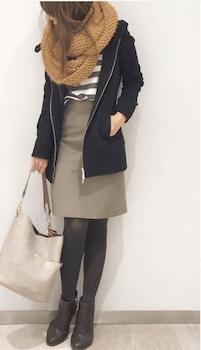 フーデッドコート×スヌード×タイトスカート