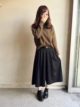 黒のガウチョパンツ×ニットセーター×ローファー