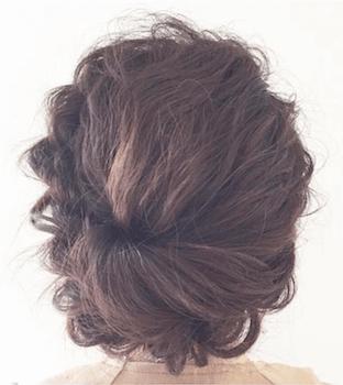入学式でスーツに合うレディースのユル巻きくるりんぱアップの髪型
