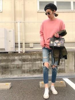 ピンクのトレーナー×ジーンズ×白のスニーカー