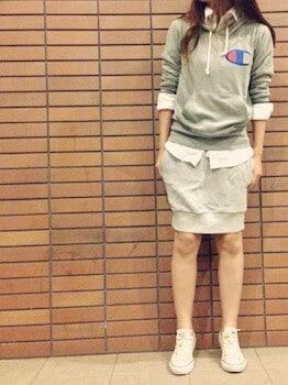 グレーのパーカー×白シャツ×タイトスカート