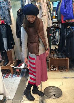 茶色のダウンベスト×ニットセーター×プリーツスカート