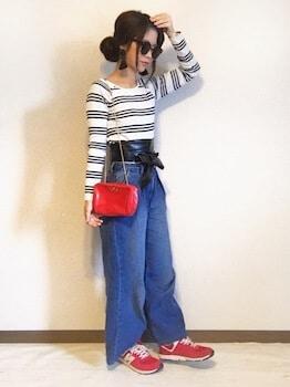 ボーダーTシャツ×デニムワイドパンツ×赤のスニーカー