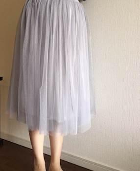 シックな色合いの春にレディースに人気のチュールスカート