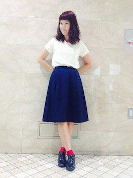 Tシャツとスカートに合わせた靴下を上手に使ったレディースコーデ