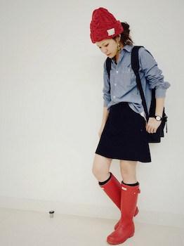 レインブーツ×カラーシャツ×ミニスカート