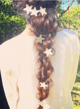 ヘアアクセサリーを使ったメッシュ編み込みテールの髪型