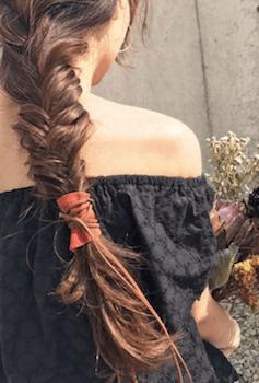 ヘアアクセサリーを使ったロープ編みテールの髪型