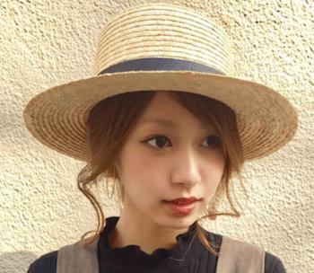 麦わら帽子に似合う髪型8:サイドふわゆるカール