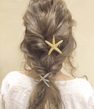 ヘアアクセサリーを使ったダブル編み込みの髪型