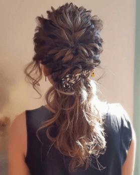 結婚式で人気のミディアムのねじりハーフアップの髪型