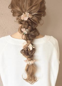 ヘアアクセサリーを使った編み込みタマネギテールの髪型