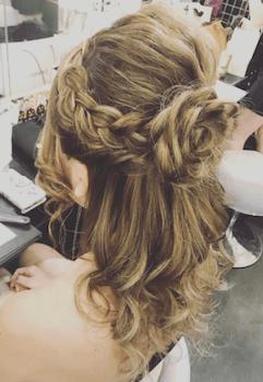 結婚式で人気のミディアムの編み込みローズの髪型