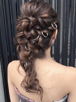 結婚式で人気のロングのリング編み込みの髪型