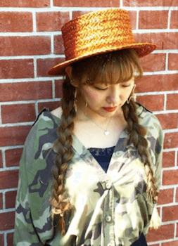 麦わら帽子に似合う髪型15:三つ編みツインテール