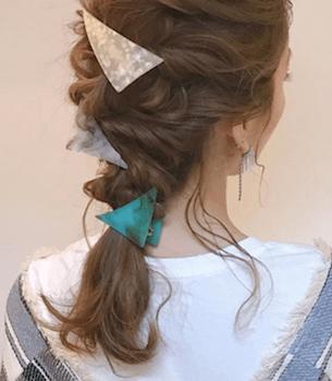 ヘアアクセサリーを使った交差ねじり編み込みの髪型