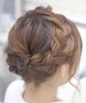 結婚式で人気のショートの三つ編みグラウンの髪型