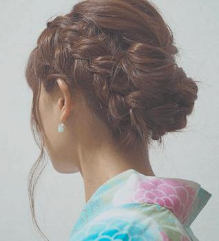 4浴衣に合うレディースの三つ編みロールアップのロングの髪型