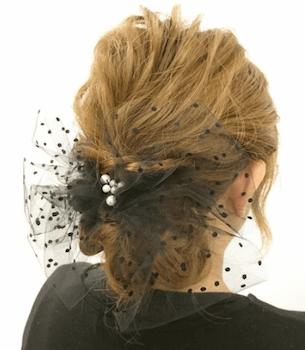 結婚式で人気のロングのチュールコサージュの髪型