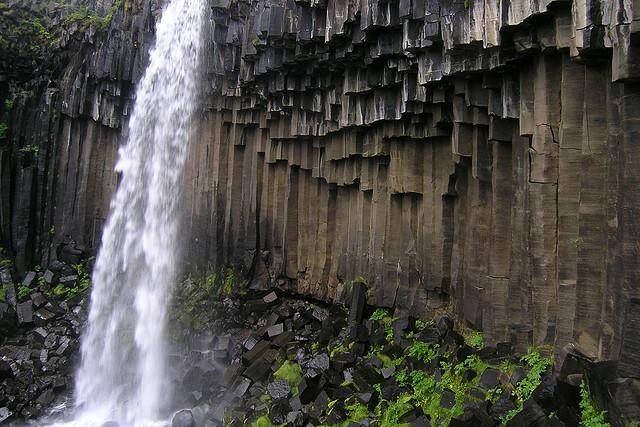 Водопад Свартифосс и кристаллы застывшей лавы. Фото