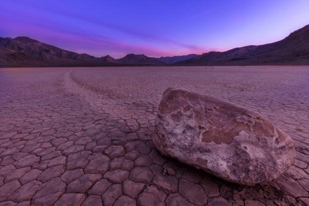 Движущиеся камни в Долине смерти. Фото