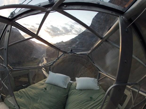 Прозрачный отель-капсула на скале, Перу. Фото