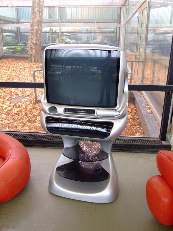 Телевизор от Луиджи Колани. Выставка в Карлсруэ. Фото