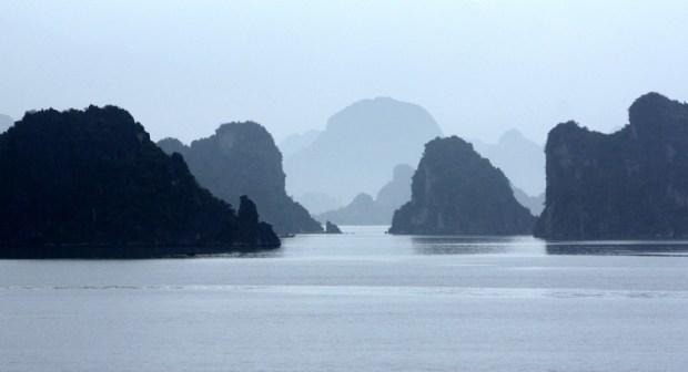 Красивый вид бухты Халонг в тумане. Фото