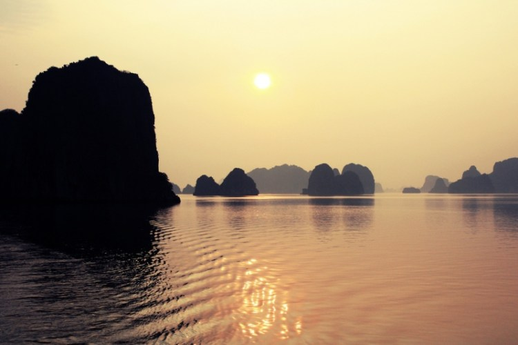 Бухта Халонг во Вьетнаме. Закат. Фото