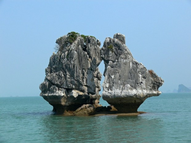 Необычная скала в бухте Халонг. Фото