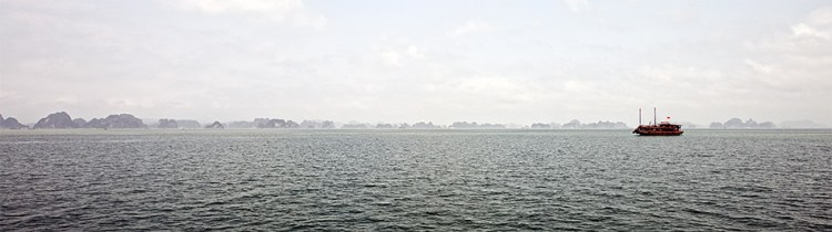 Панорама бухты Халонг в тумане. Фото