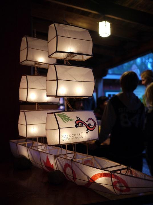 Праздник фонарей в Китае. Фонарик в виде кораблика. Фото