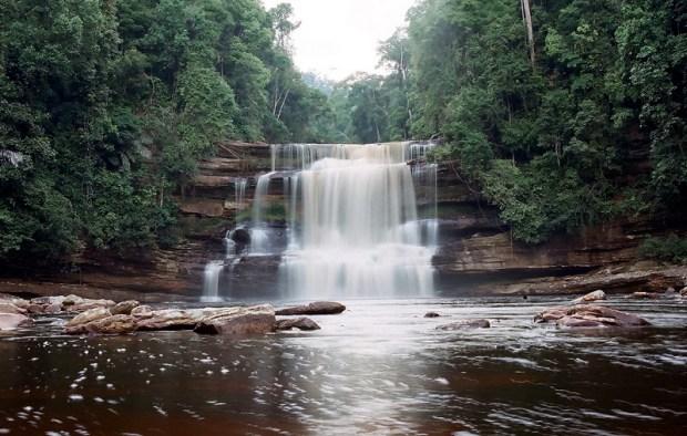 Водопад. Остров Борнео. Фото