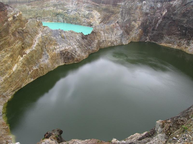 Озера, меняющие цвет в кратере вулкана Келимуту. Индонезия