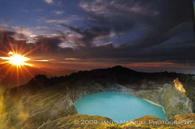 Разноцветные озера Келимуту на закате. Фото