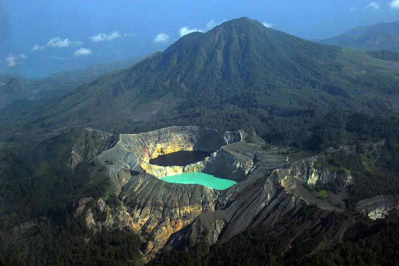 Разноцветные озера вулкана Келимуту. Индонезия