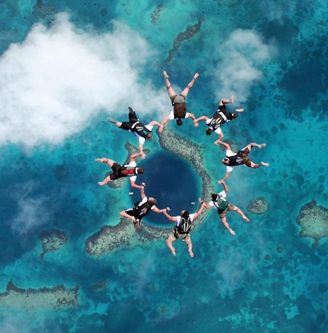 Парашютисты над Большой голубой дырой. Фото