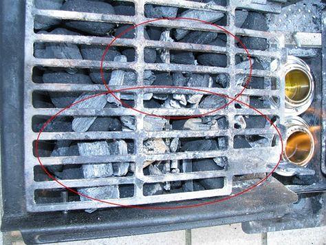 Nach ca. 10 Minuten sind genug Kohlen entzündet um die Feuerquelle zu entfernen.