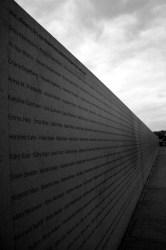 Wand der Erinnerung - Opfer der Deportationen mit der Reichbahn. Gedenkstätte am bisher noch erhaltenen Schauplatz in Stuttgart