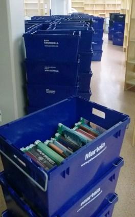 Satoja laatikollisia kirjoja, lehtiä, sarjoja...
