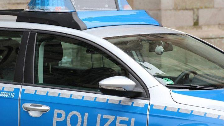 Mann randaliert in Wohnung – Polizei im Einsatz