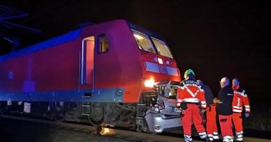 Zug schleift Kleinwagen Toyota mehrere hundert Meter mit – Fahrzeugführerin verstirbt im Fahrzeugwrack