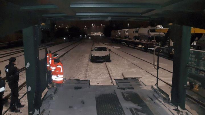 Audi von Autotransportzug ins Gleis gefahren