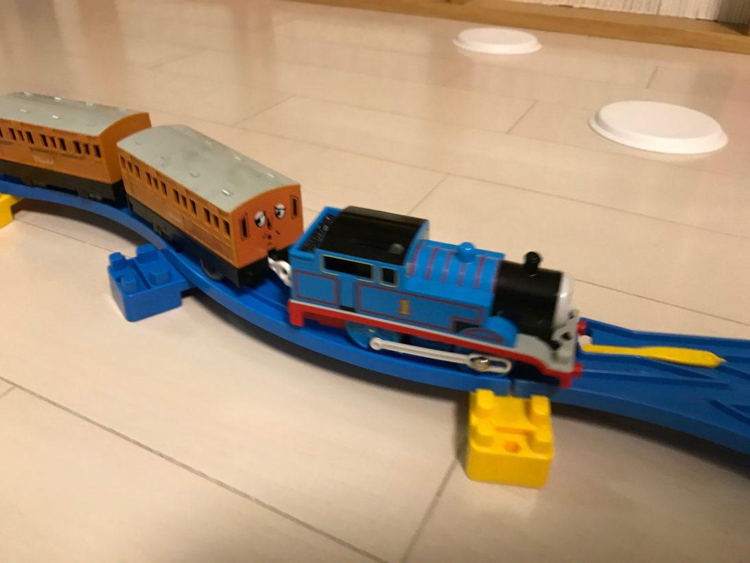 女の子だって機関車トーマスのプラレールが大好き! 2歳7ヶ月のくるりん、自分でここまで作れるようになりました!