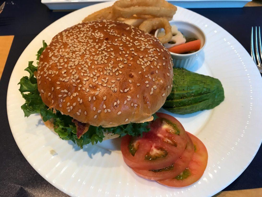 セルリアンタワー東急ホテルで食べた「ビッグハンバーガー」は、ひとりでは食べきれない大きさ