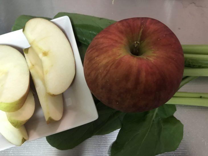 今日のスムージー 2017.10.15. 悪玉コレステロール値を下げるリンゴと小松菜のスムージー