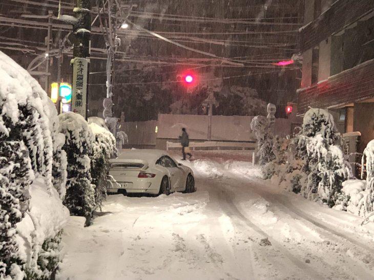 都内の大雪で、ポルシェGT3が乗り捨てられていたのを発見 警察はレッカーしないのかなぁ