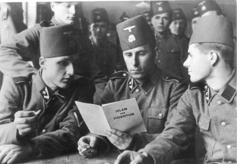Bosnisk-kroatiske Waffen-SS-frivillige studerer en pamflet om islam og jødedommen, Sydfrankrig, 21. juni 1943. Originalfoto: Bundesarchiv (https://en.wikipedia.org/wiki/File:Bundesarchiv_Bild_101III-Mielke-036-23,_Waffen-SS,_13._Gebirgs-Div._%22Handschar%22.jpg)